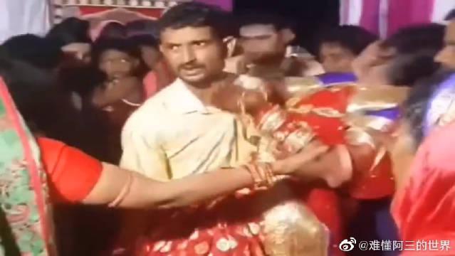 印度的文化糟粕,女子要嫁给自己不爱的的人,哭着不愿意上车……