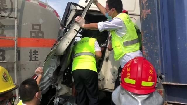 宁波货车追尾槽罐车司机被卡 消防紧急救援