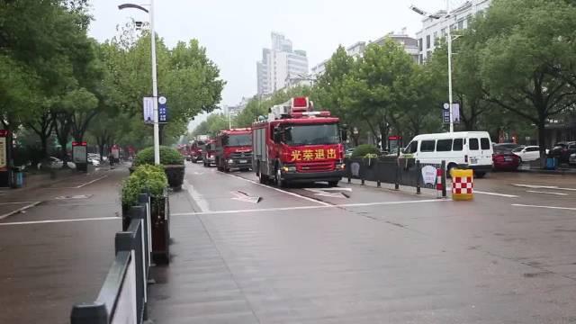 这待遇你们值得!光荣退出消防救援队伍,最后一次坐上消防车