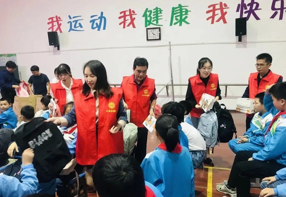 ope官方网站:广丰区总工会发起关爱留守儿童运动
