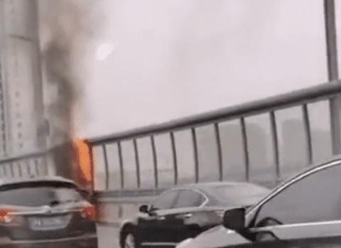 郑州一面包车高架自燃,火苗窜出2米高,掉落引燃桥下车辆