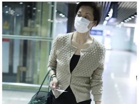 毛阿敏机场街拍,驼色毛衣搭配萝卜裤简单时尚