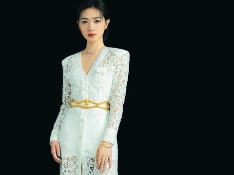万茜太有女人味,身穿白色蕾丝连衣裙,优雅气质溢出屏幕
