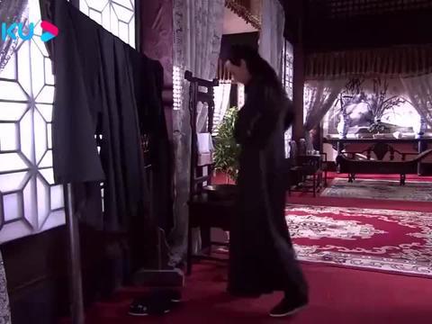 男子正要穿衣服,结果发现衣服上都被绣了名字!