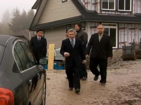 致命演出:人质从后备箱逃脱,又在屋内遇见凶手,展开激烈搏斗