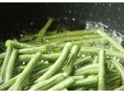 做茄子豆角时,直接过油就不对了,大厨教您一招,茄子不黑不油腻