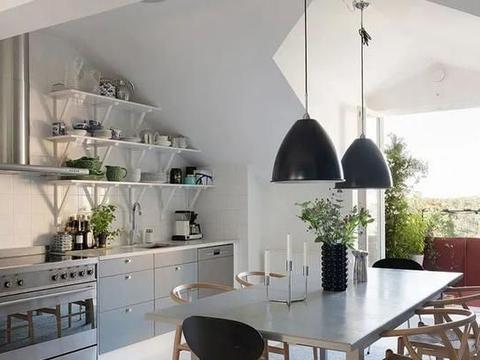 用绿色植物装点的露台的瑞典阁楼公寓