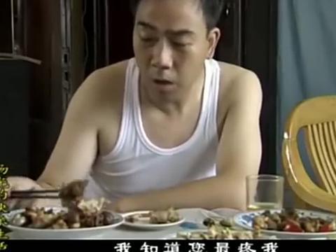 杨光和老爷子吃饭,老爷子啃着窝窝头很过瘾,杨光的猪肘子更馋人