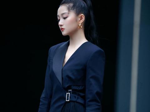 关晓彤高马尾黑色西装裙利落干练显成熟美,百花奖各奖项颁出