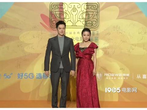冯绍峰亮相第35届百花奖红毯,灰色西装清爽帅气