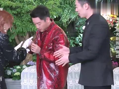 郑恺想摘下宋雨琦的戒指,宋雨琦连忙表示拒绝,真是太可爱了