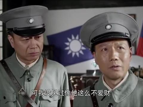 王小宝在门外偷听彭德怀商谈事情,恰巧被郭炳生撞见