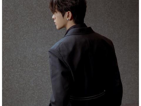 蔡徐坤穿灰色西装外套成熟帅气?身姿挺拔下颌线优越