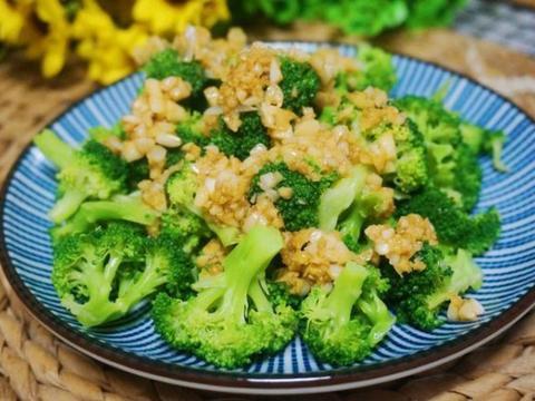 美食:蒜蓉西蓝花、香辣牙签肉、豆芽炒粉丝、莲子百合红豆粥