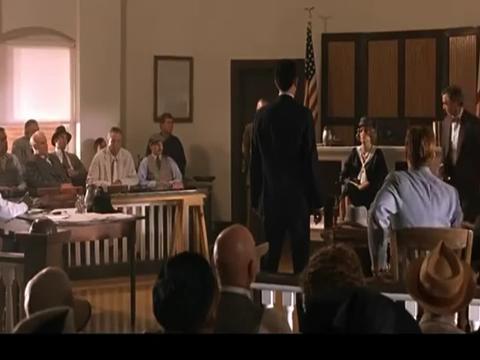 被告律师询问原告证人时,原告律师愤怒起身,法庭上大吵起来