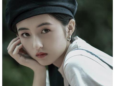 张子枫开学,舞蹈室和同学合影,坐姿引热议,能当明星是有原因的