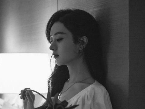 赵丽颖一改往日形象,穿纯白色连衣裙,优雅时尚风情万种