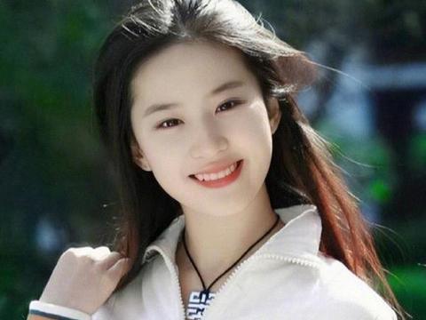 刘亦菲罕见晒自拍,遭到网友调侃,称其领口太低要打码