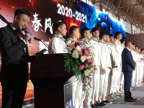 比周琦还高一个头!新疆男篮全队亮相,新人中锋太过引人注目