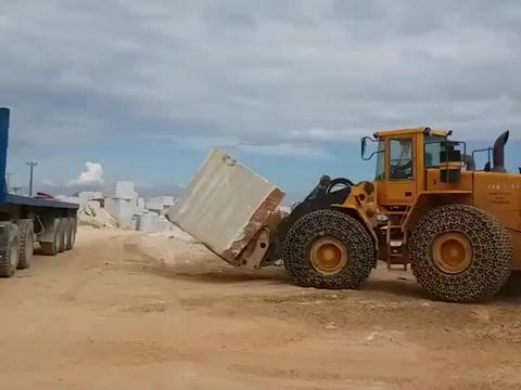当石头重量超过装载机的时候会发生什么?这装载车司机是个老手