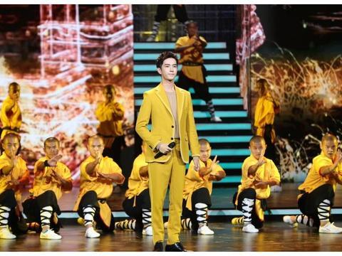 于朦胧一身黄色西装亮相大众百花节,满满帅气,朝气蓬勃