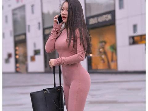 温柔少女街拍风,小姐姐穿樱桃粉运动衫好气质,优雅大方又养眼