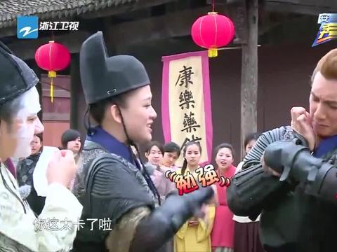 吴奇隆挑战穿衣架,胸肌都挤到下面了,王祖蓝传授奇招果然有效