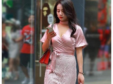 街拍:时尚靓丽的辣妈,打扮潮流有型,走在大街魅力十足