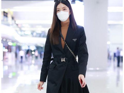 文咏珊一身黑衣亮相机场,模特身材走路气场十足
