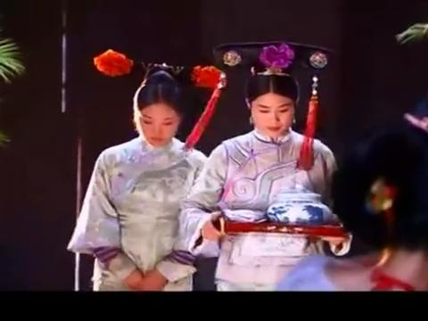 韦小宝贪吃喝碗酸梅汤,谁知里面下了蒙汗药,一秒钟中毒昏迷