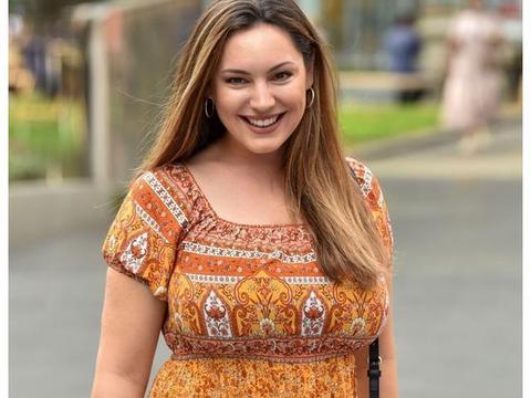 女星凯莉 布鲁克身穿姜黄色印花连衣裙在伦敦的街拍