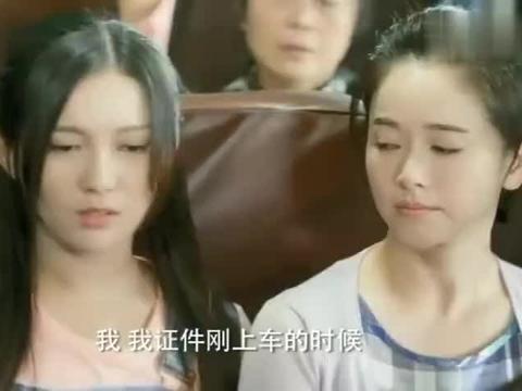 学生逃票被抓,列车员让她补全票,旁边大姐拿出一证件直接补半票