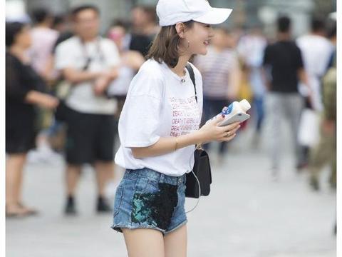 路人街拍:长腿小姐姐的夏日穿搭,清新养眼笑容迷人