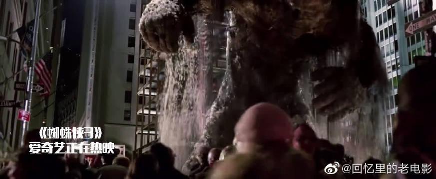 蜘蛛侠3:蜘蛛侠就要被砸死,谁知美女想出这招,千钧一发