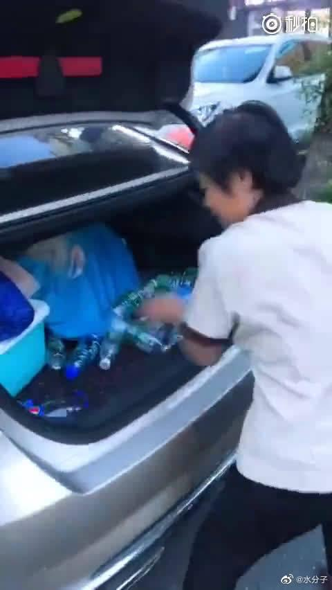 每次喝完,都把空瓶扔在尾箱,看到环卫工阿姨就全给她们!