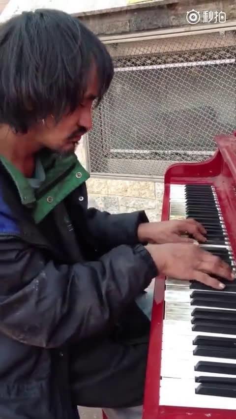 加拿大流浪汉Ryan 创作的钢琴曲《The Beginning》……
