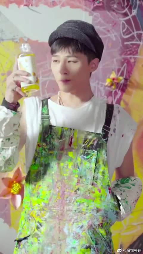 你能想到权志龙是在拍广告吗? 不知道还以为他在艺术创作呢!
