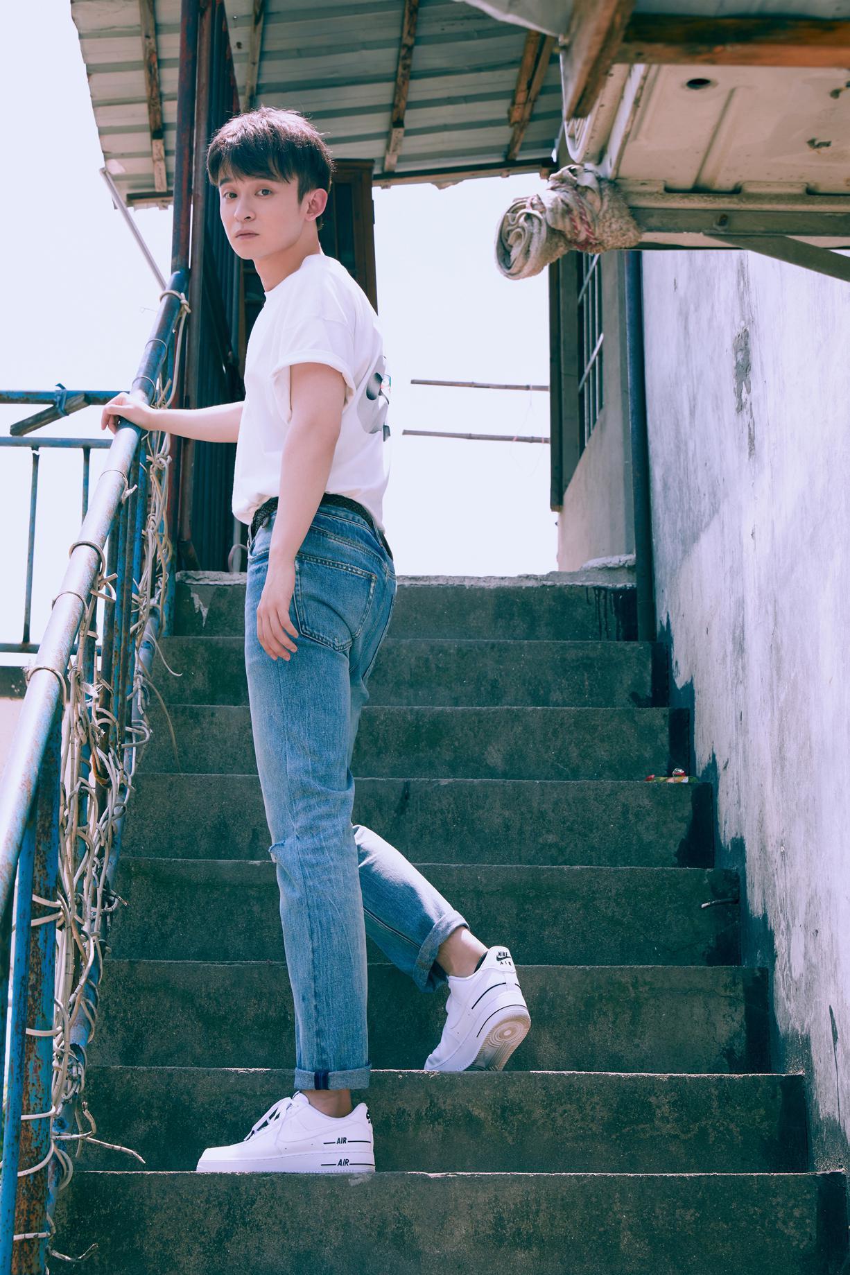 董子健胶片风写真曝光,白色T恤搭配水蓝牛仔裤干净清爽……
