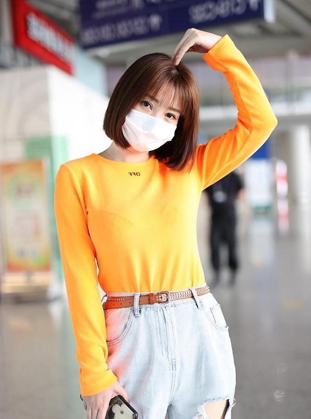 """柳岩不愧是""""人间水蜜桃"""",T恤穿出凹凸感,齐肩短发可爱又减龄"""