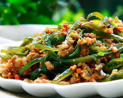 吃货美食:肉末海带丝,玉米汁凉面,抹茶豆腐布丁,芹菜炒猪肝