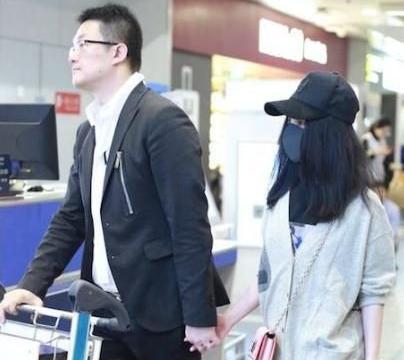 """有种""""恋爱不结婚""""叫姚笛,牵手男友现身机场,38岁仍有初恋脸"""