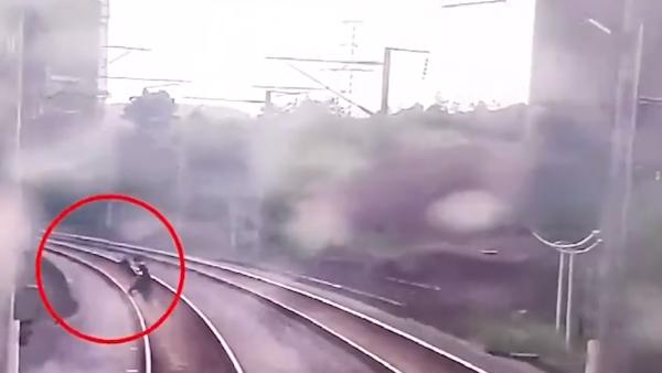 两男孩为拍视频破坏设施进铁轨,动车紧急刹停