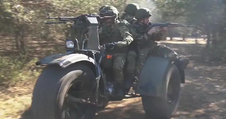 白俄军演视频曝光,大量三蹦子驶向边境,专家:游击战利器