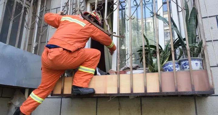 3分钟破窗救八旬老太,为消防员这一波操作点赞