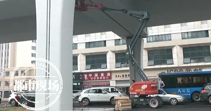 """南昌:高架桥刷漆,一夜之间18辆车全变""""麻子脸"""",车主真心郁闷"""