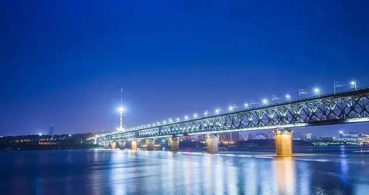 气愤!武汉长江大桥遭人喷漆涂鸦
