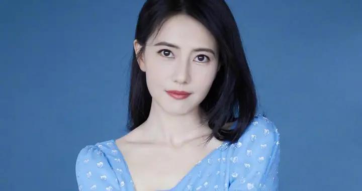 高圆圆虞书欣不似相差16岁!同款连衣裙穿出少女感,美成姐妹花