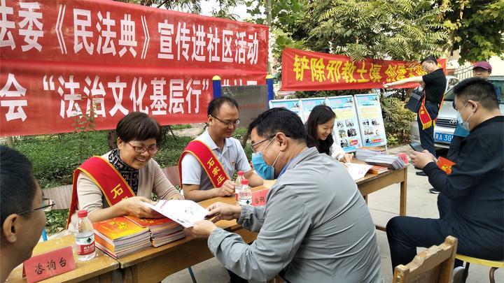 石家庄:党员志愿者深入社区,开展《民法典》宣传活动