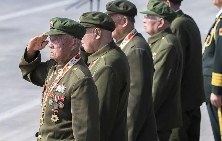 加入欢迎典礼的志愿军老兵向输送志愿军烈士遗骸的车队敬礼 。沈阳桃仙国际机场