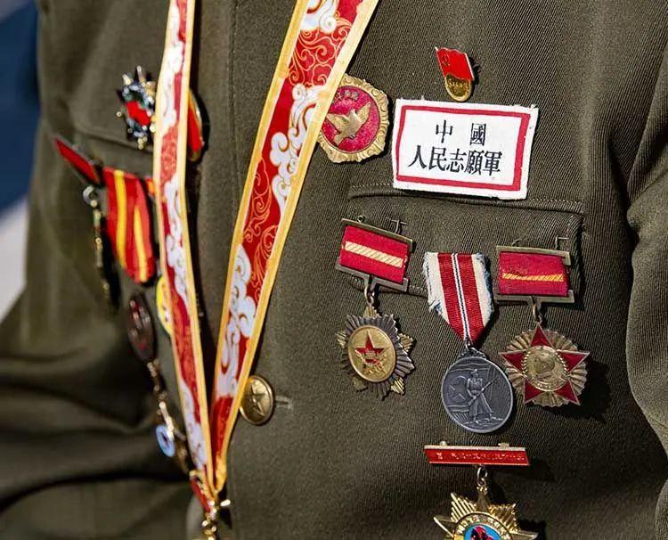 加入欢迎典礼的志愿军老兵,胸前挂满勋章